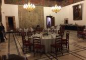 Stoly-cateringowe-w-sali-balowej-ratusza-miejskiego