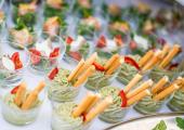 Przekąski cateringowe w małych pucharkach, kokilkach
