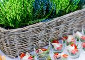 Przekąski w ramach cateringu z dekoracją wrzosową
