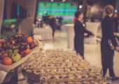 Zdjęcie stołu na cateringu z przekąskami i owocami