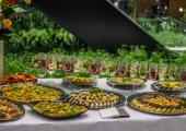 Zdjęcie stołu cateringowego z różnorodnymi przekąskami